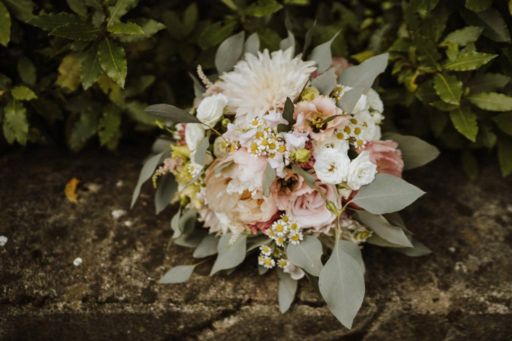 Rustic bouquet styled with daisies